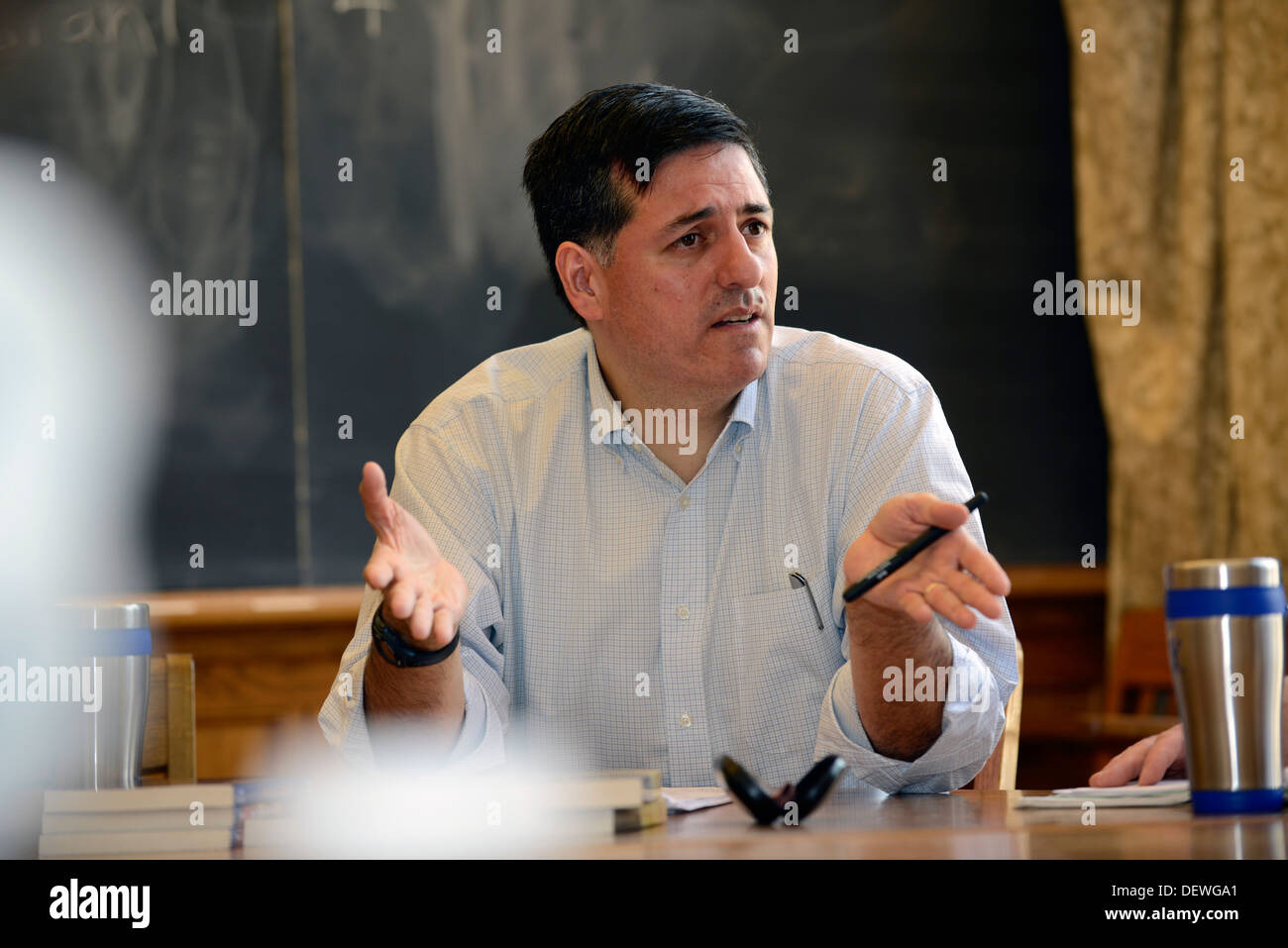 Writer's Workshop, Yale Summer School. Writer Sergio Troncoso talks with workshop participants. - Stock Image