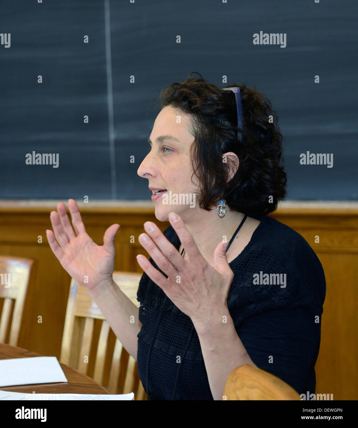 Writer's Workshop, Yale Summer School. Writer Kirsten Bakis talks with workshop participants. - Stock Image