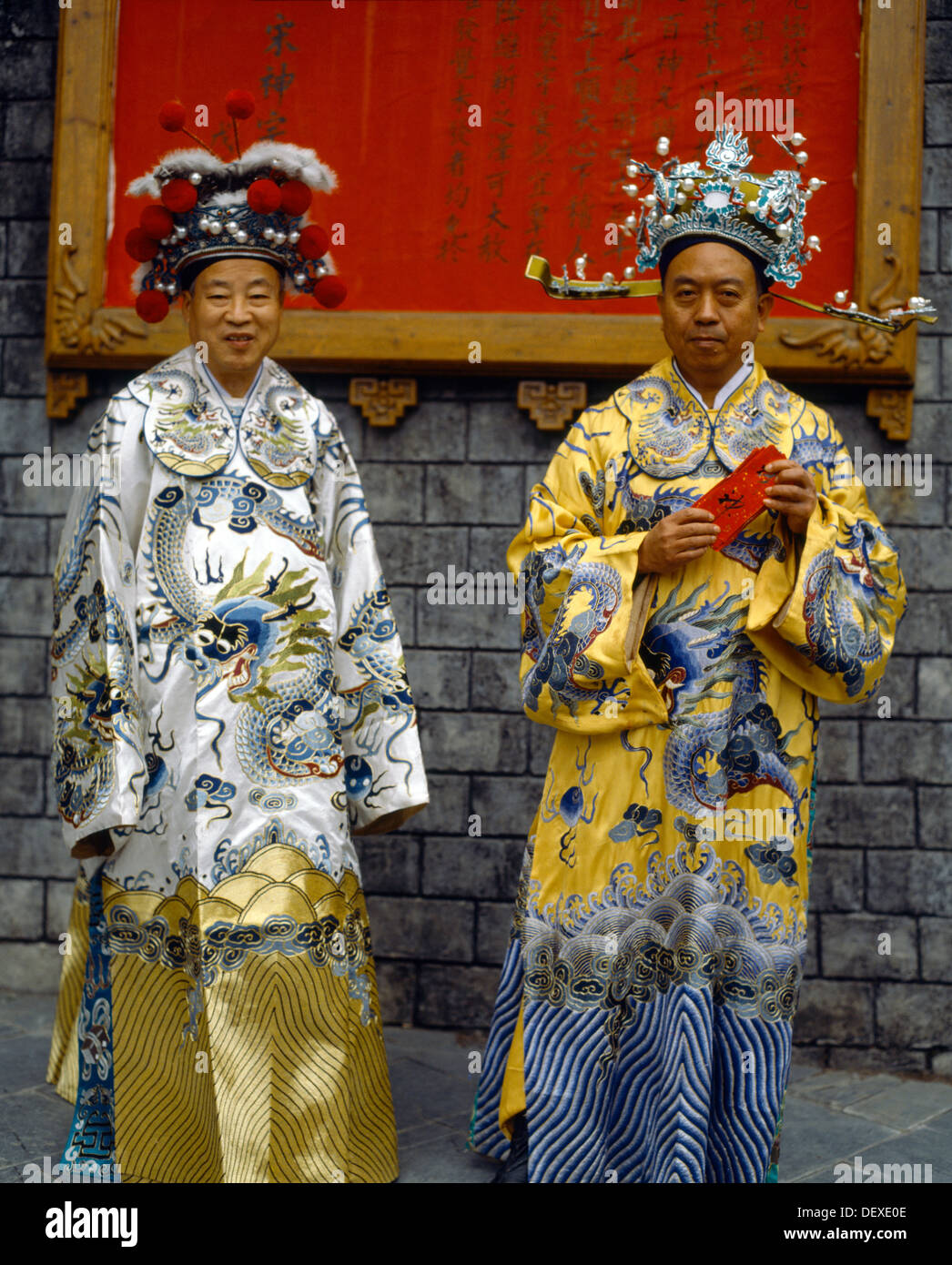 chinese man u0026 woman in traditional costume sung dynasty village hong kong  sc 1 st  Alamy & chinese man u0026 woman in traditional costume sung dynasty village hong ...