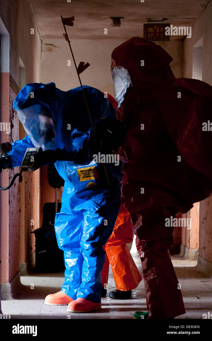 Members of the 61st Civil Support Team (CST), Arkansas National Guard, search for signs of chemical or biological contamination - Stock Image