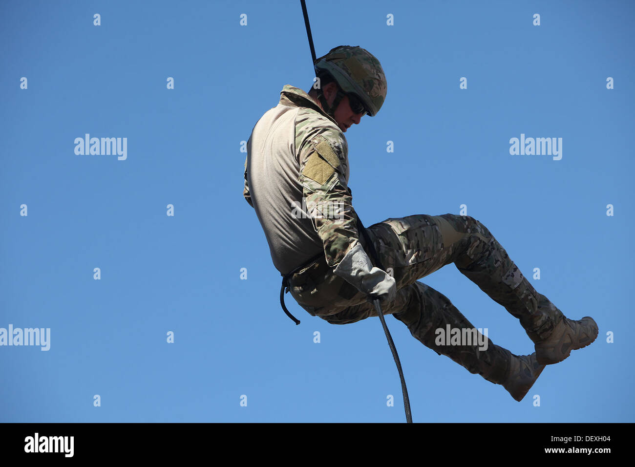 A British Army Commando with 148th Battery, 29th Commando Fire Support Team, Royal Artillery, rappels from a tower during Exercise Burmese Chase 2013, a bilateral training exercise between U.S. and British military forces aboard Camp Pendleton, Calif., Se - Stock Image