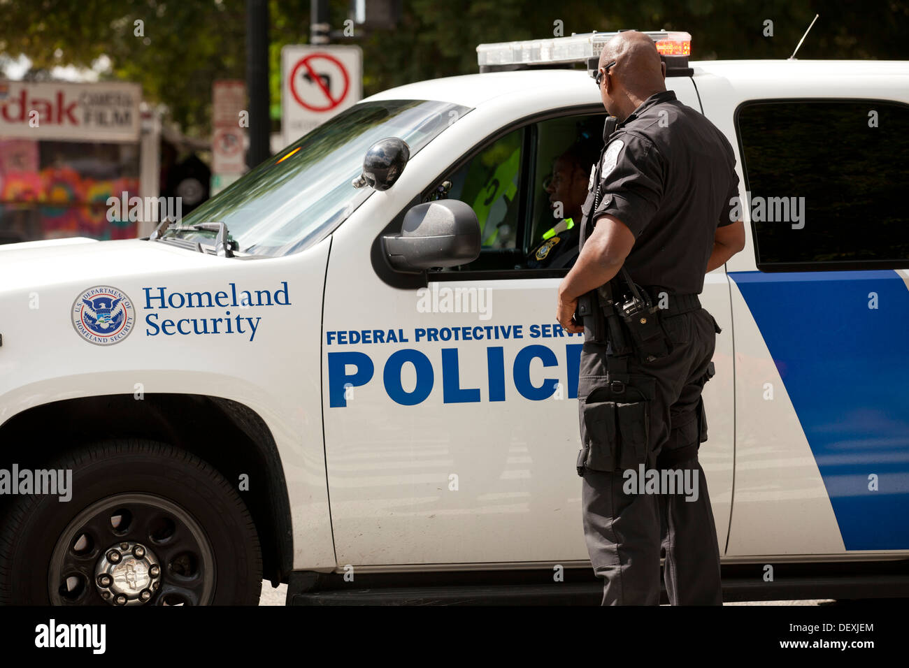 Homeland Security Police officer standing next to cruiser - Washington, DC Stock Photo
