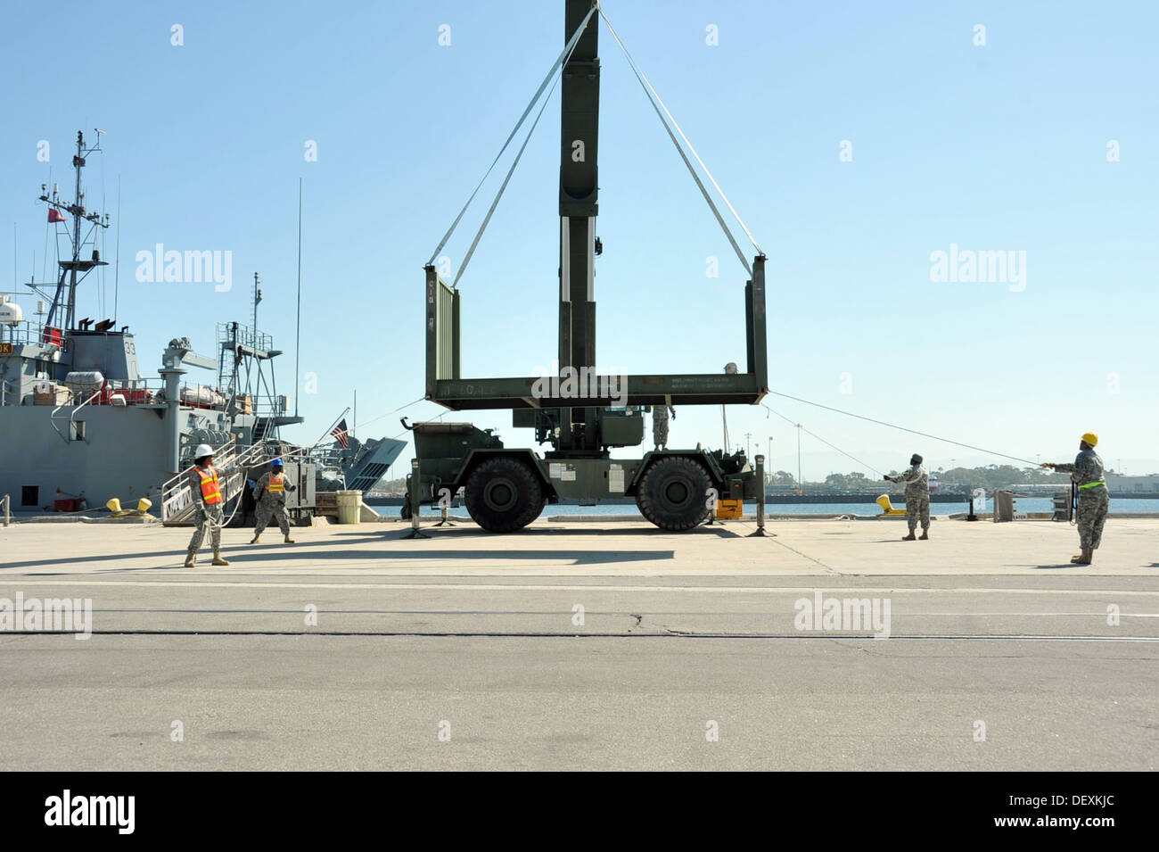 PORT HUENEME, Calif. – U.S. Army Reserve Soldiers from the composite Seaport Operations Units control the movement of a flatrack - Stock Image