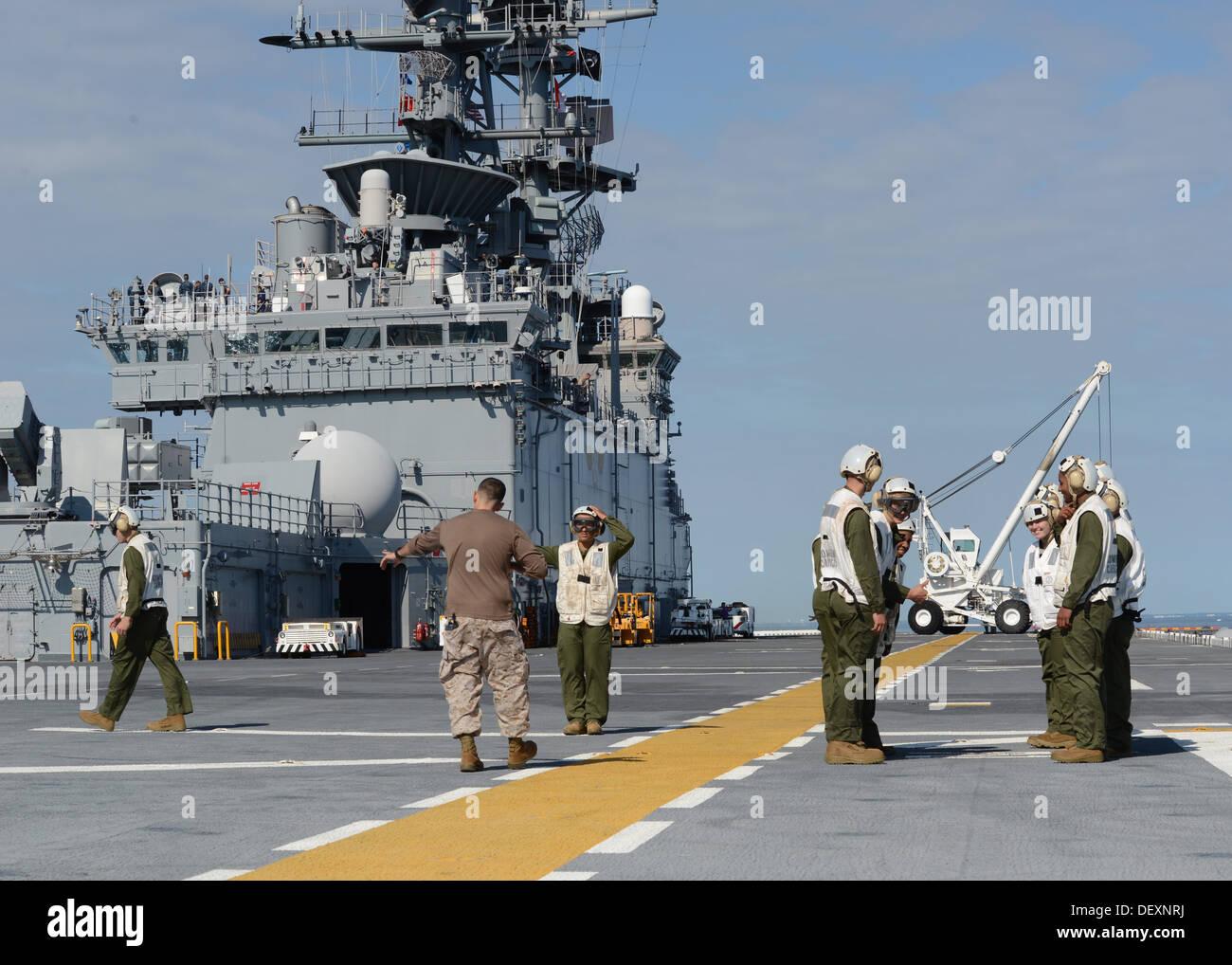 ATLANTIC OCEAN (Sept. 20, 2013) - Gunnery Sgt. Robert Collins trains Marines on boarding procedures and responsibilities as Air - Stock Image