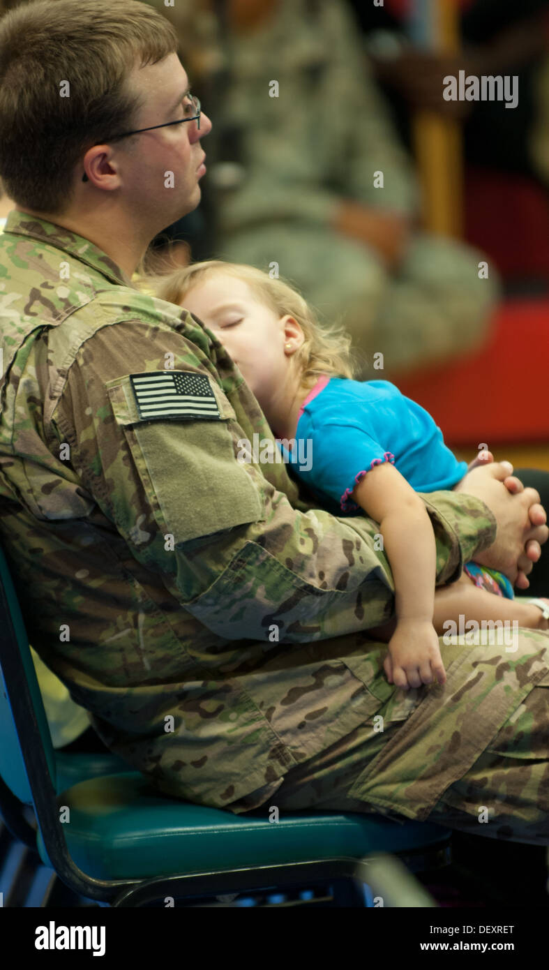 Soldiers and families gathered at the West Fort Hood Gym in the early hours of Thursday morning Sept. 19 as they said goodbye to nearly 125 'Blue Watch' troops on their way to Afghanistan. A nap is time well spent for this soldier and his daughter. - Stock Image