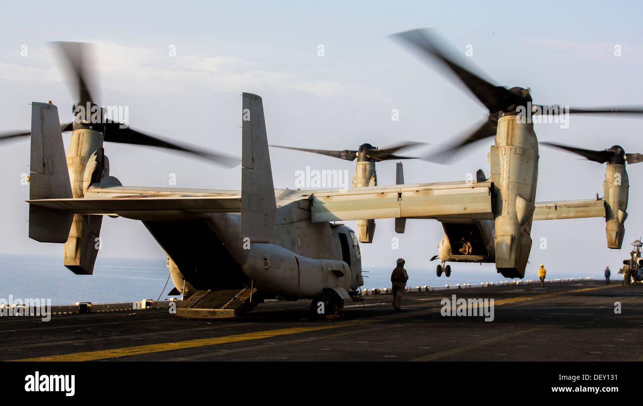 MV-22B Osprey assigned to Marine Medium Tiltrotor Squadron (VMM) 266 (Reinforced), 26th Marine Expeditionary Unit Stock Photo