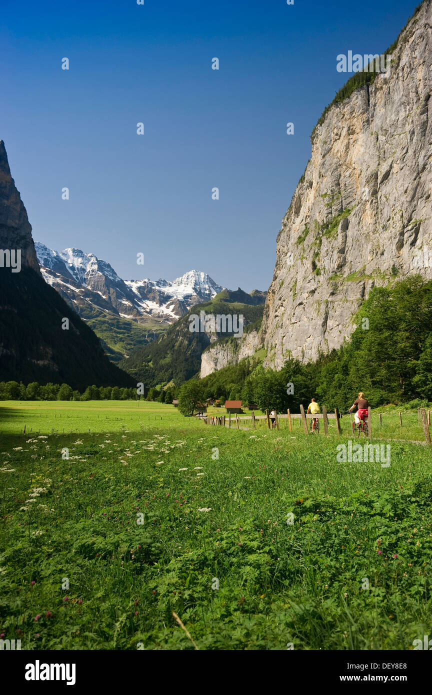 Cyclists, Lauterbrunnen Valley, Lauterbrunnen, Bernese Oberland, Canton of Bern, Switzerland, Europe - Stock Image
