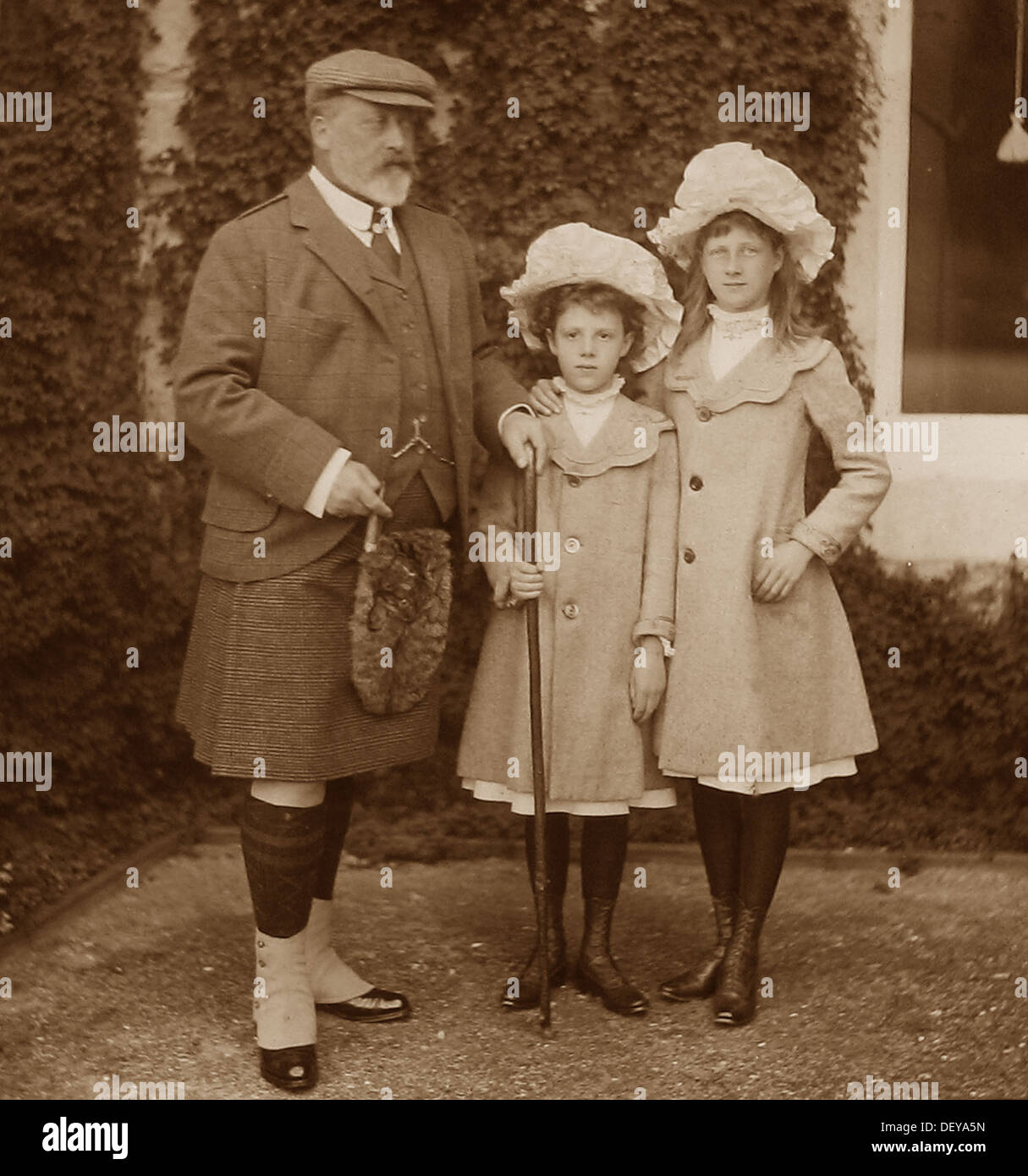King Edward VII and Maud and Alexandra Duff in 1904 Stock Photo