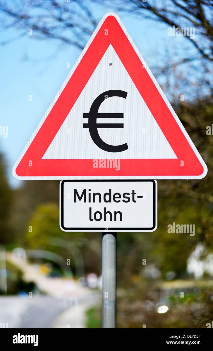 Road sign with eurosign and stroke minimum wage, photomontage, Verkehrsschild mit Eurozeichen und Schriftzug Mindestlohn, Fotomo - Stock Image