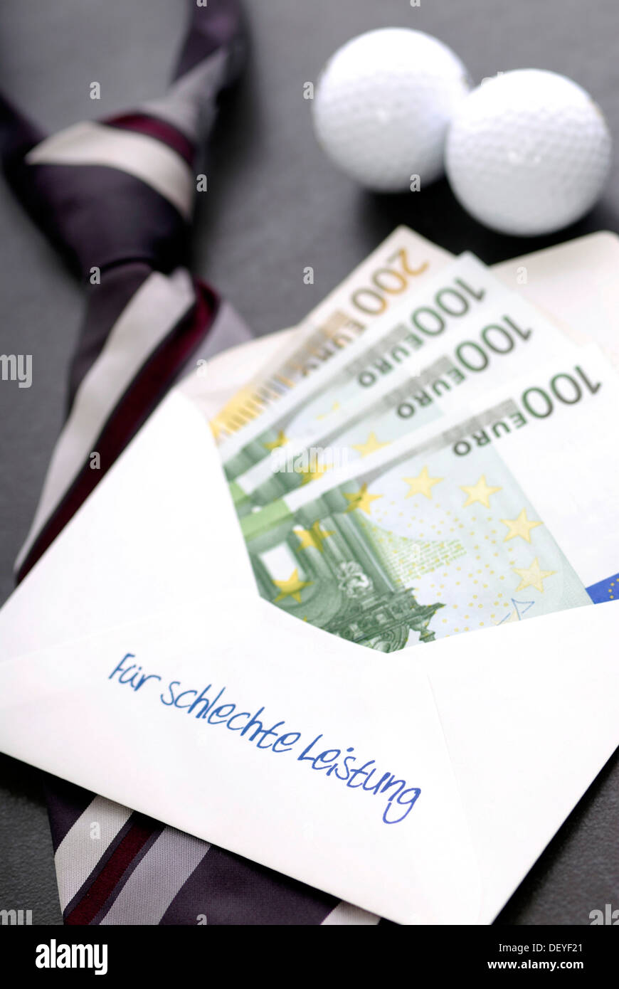 Envelope with writing 'Fuer schlechte Leistung', 'For poor performance' and bank notes, symbolic image for banker bonus - Stock Image