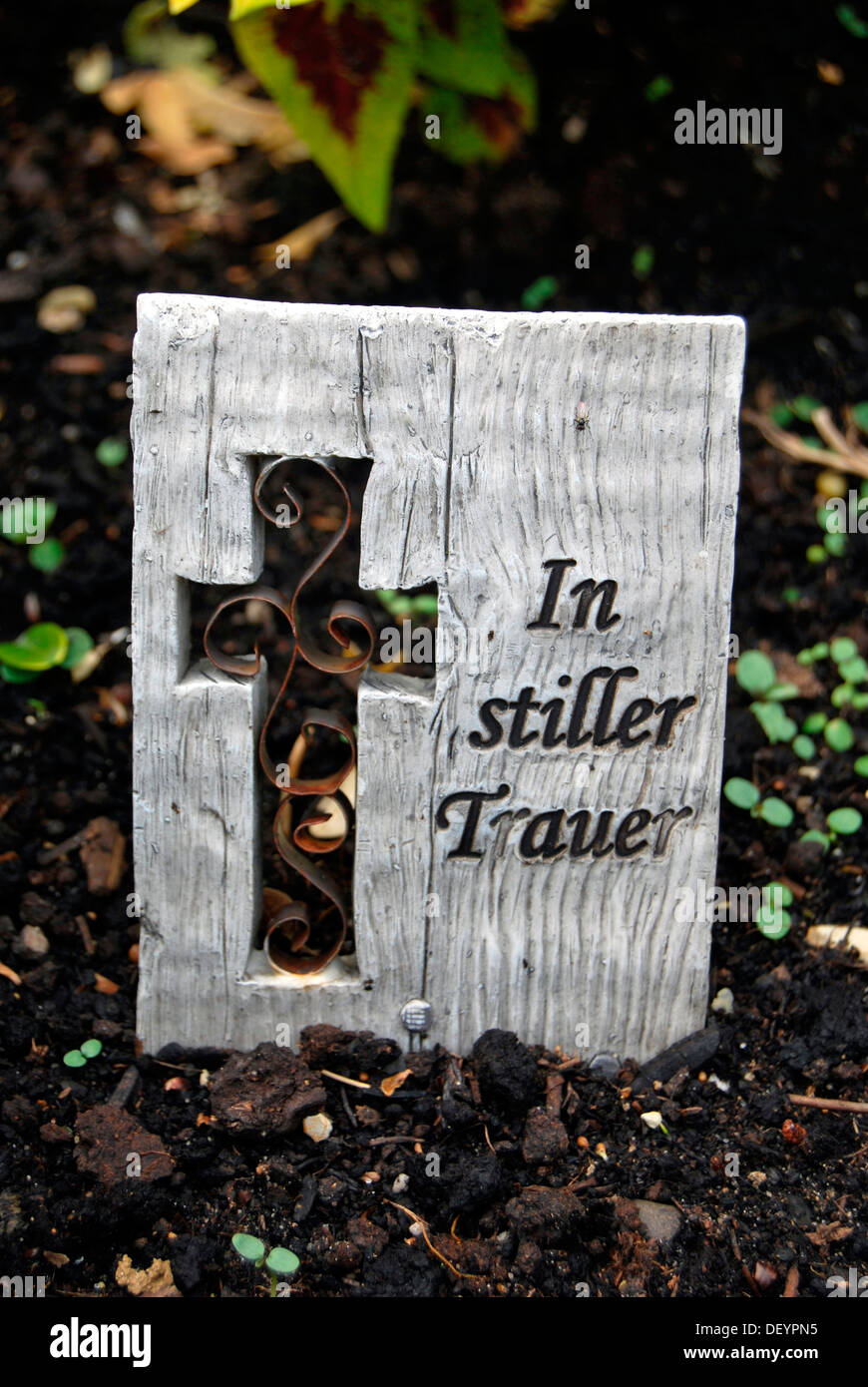 Wooden boad with text In stiller Trauer or in silent mourning, cross, grave, cemetery - Stock Image