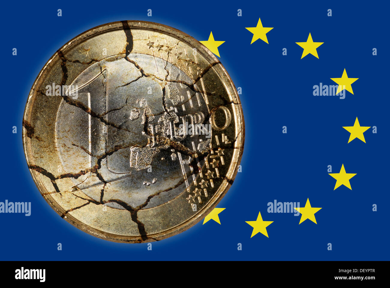 Euro coin in pieces and EU flag, symbolic image for debt crisis in Europe - Stock Image