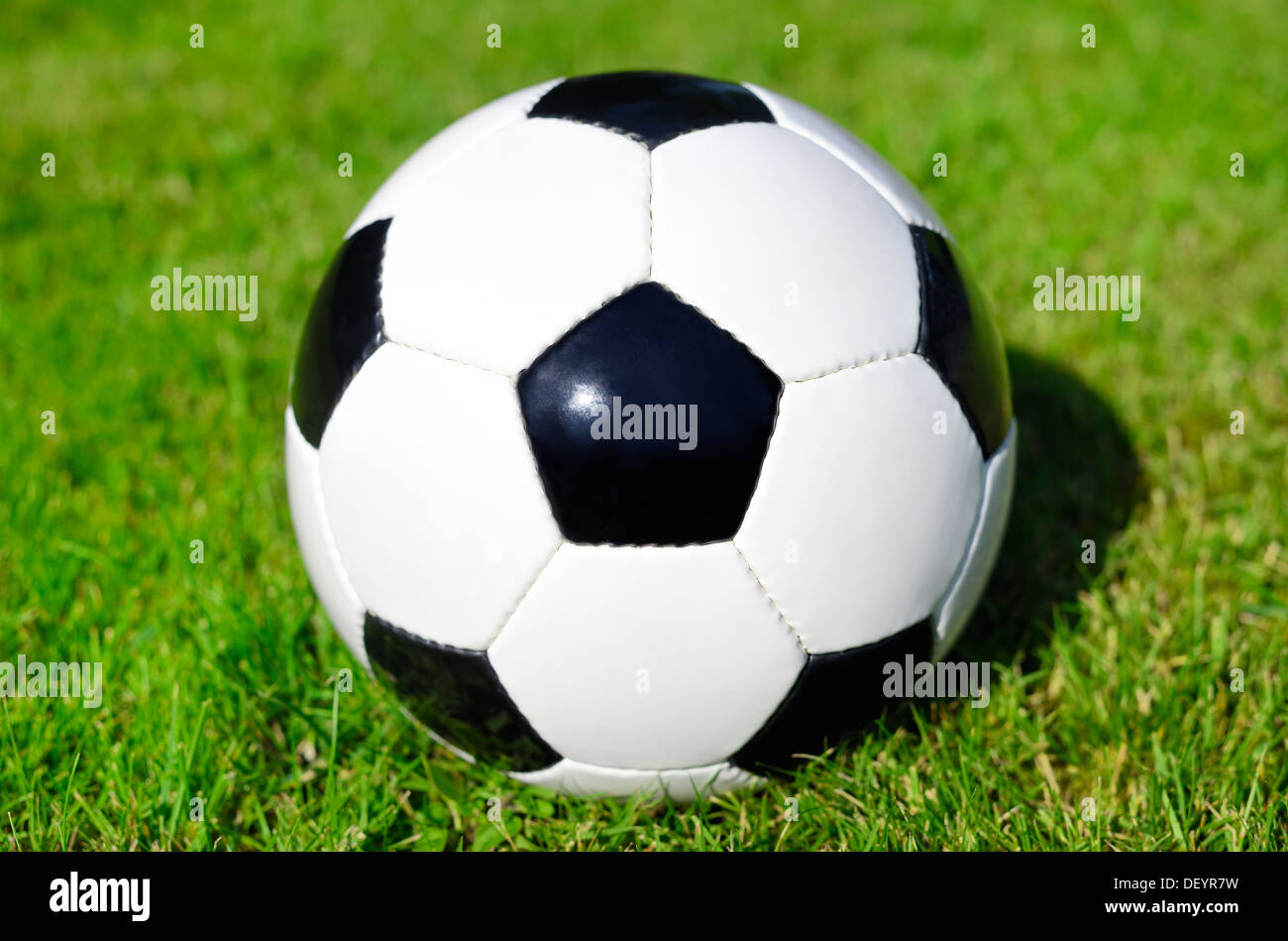 Black-and-white football, Schwarz-weißer Fußball - Stock Image