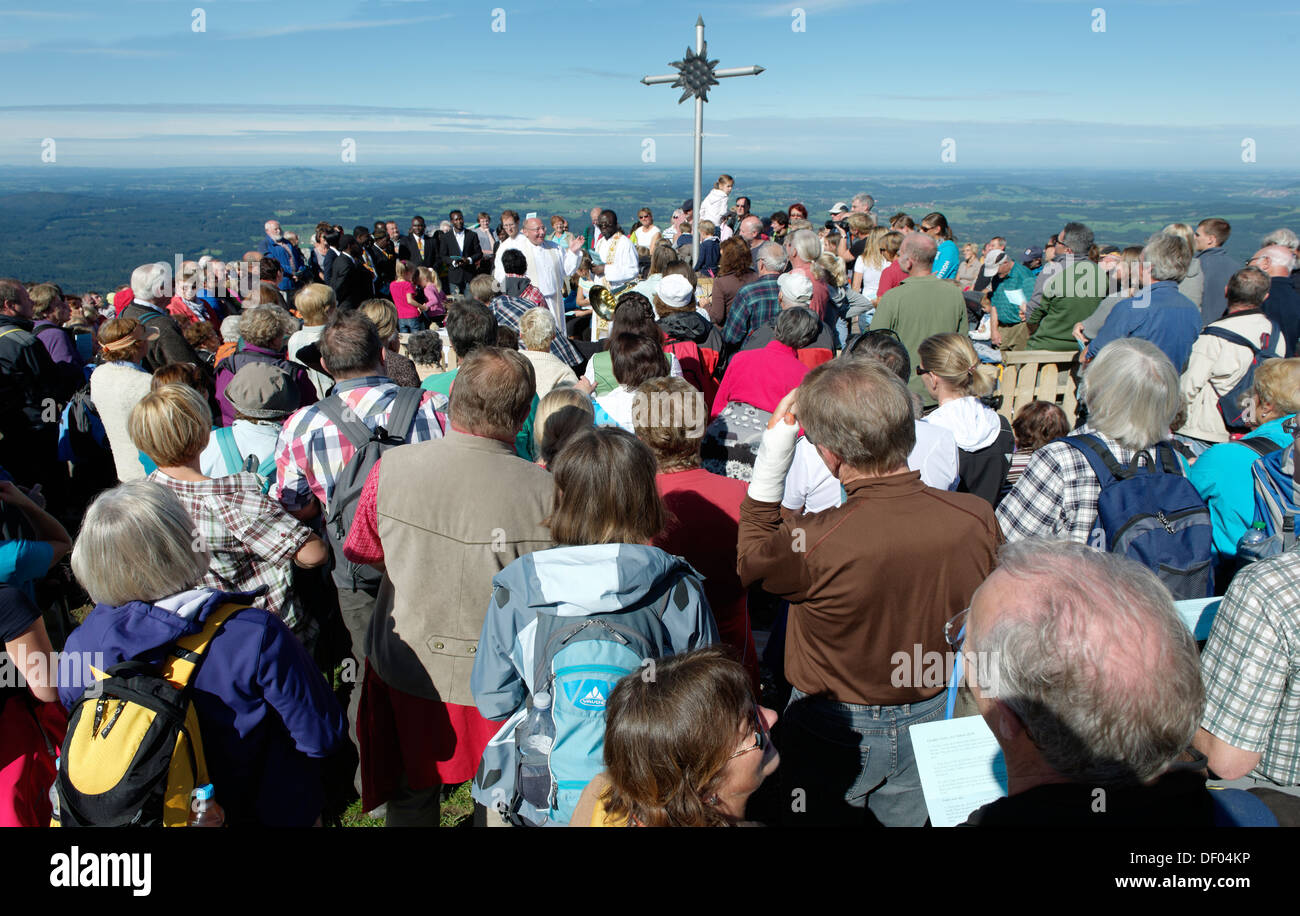 Catholic mountain service of the parish community of Weilheim with pastor Dr. Ulrich Lindl, Hoernle, Ammergau Alps - Stock Image