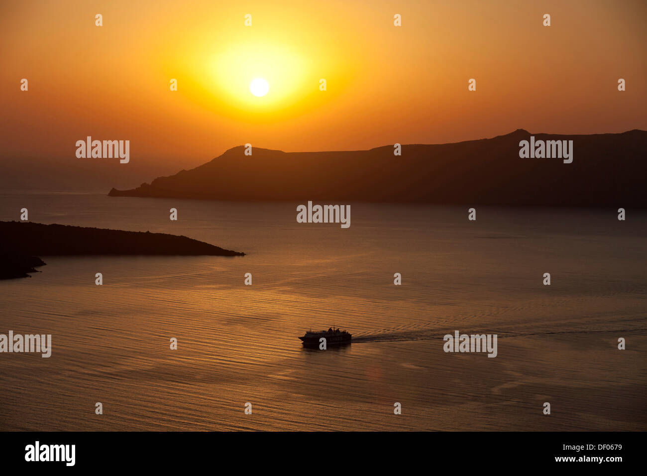 Ferry at sunset, Oía, Santorin, griechische Inseln, Germany - Stock Image