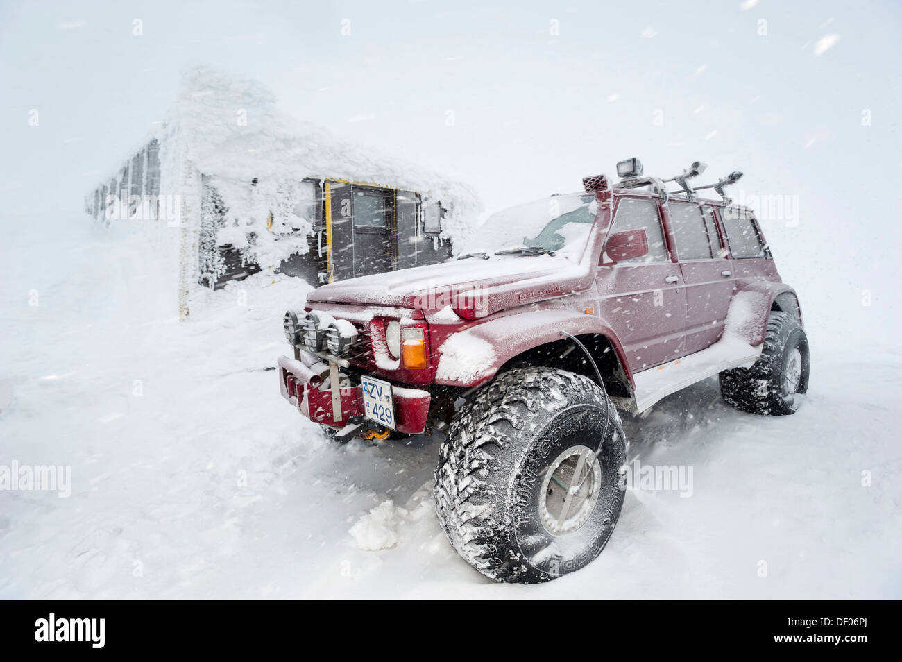 Super Jeeps in front of the snow-covered and frozen Grímsvoetn Hut, Icelandic Highlands, Iceland, Europe - Stock Image