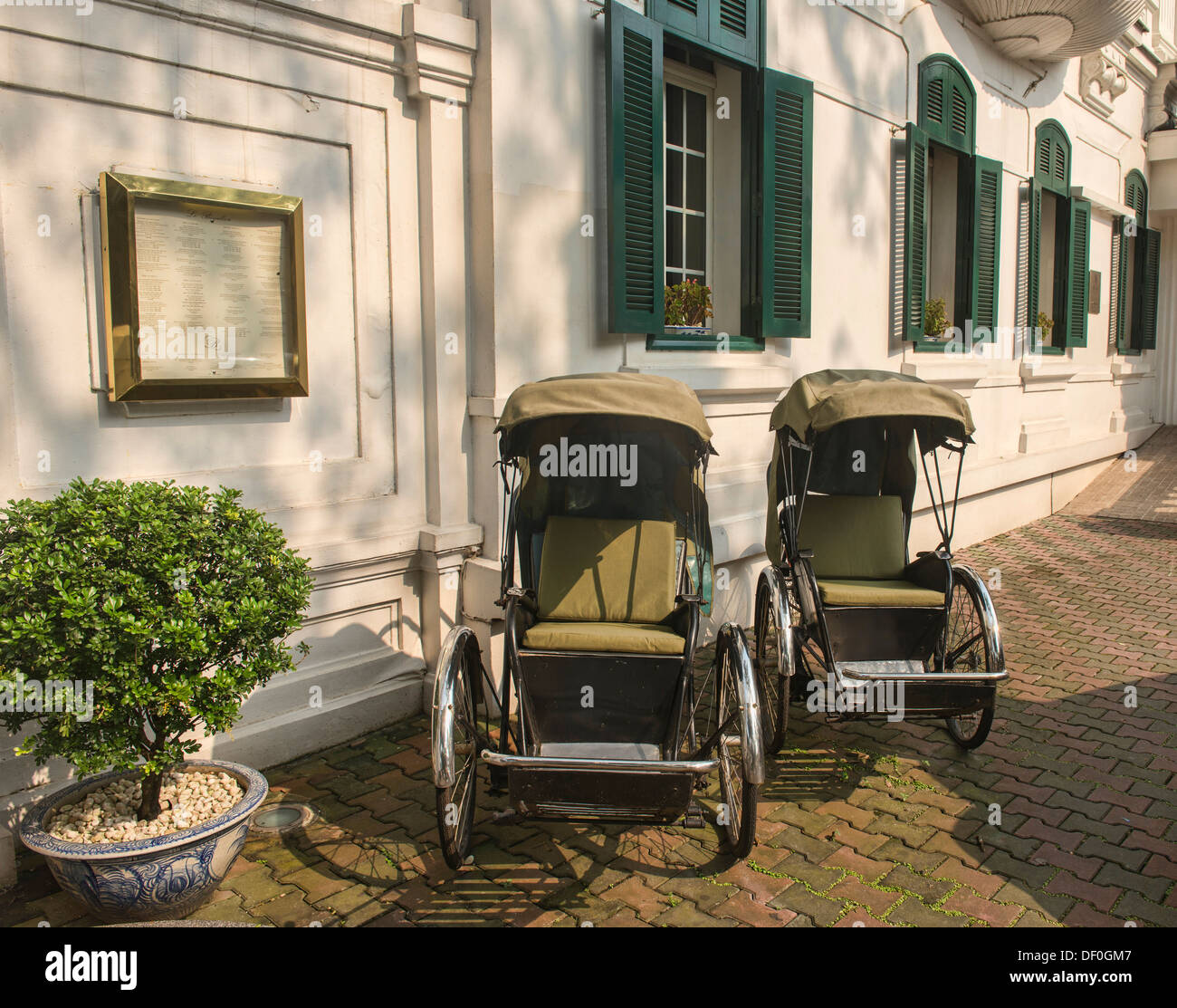 cyclos in front of the historic Metropole Hotel in Hanoi, Vietnam - Stock Image
