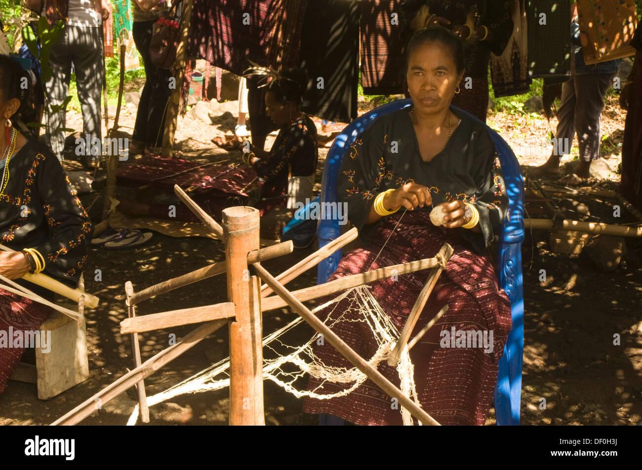 INDONESIA, Flores, Larantuka, Kawaliwu Village, woman in traditional drsss weaving ikat material - Stock Image