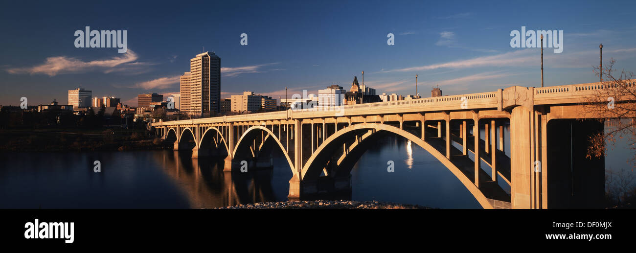 Canada, Saskatchewan, Saskatoon, Late Afternoon Broadway Bridge and City. - Stock Image