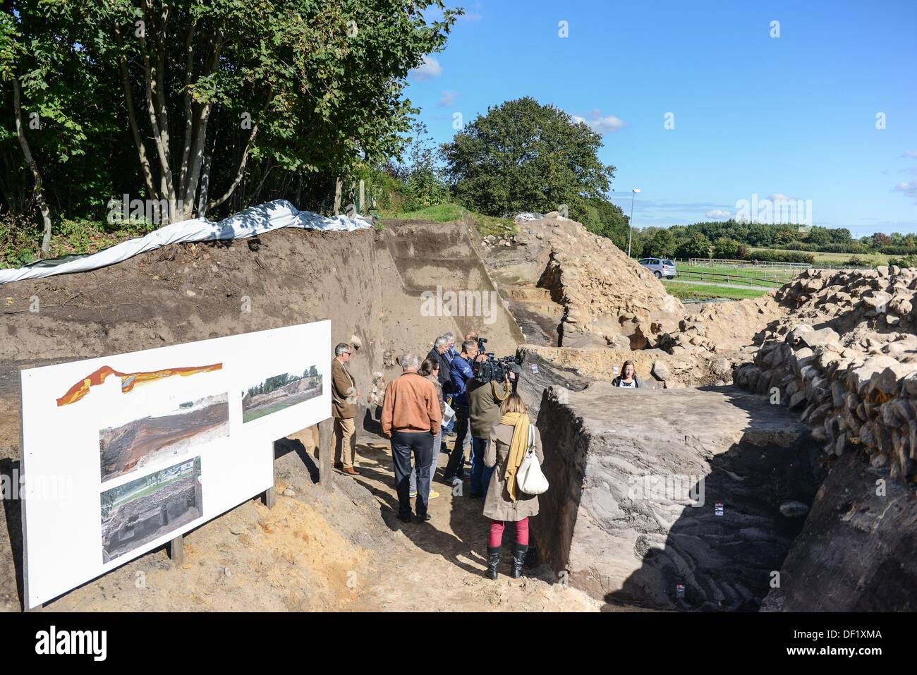 Members of the press inspect a segment of the defensive wall of the archaeological excavation site 'Danewerk' during a presentation in Dannewerk, Germany, 26 September 2013. The presentation showed for the first time to the public, a complete cross-section of the early mediaevil defensive wall including archaeological findings of one of northern Europe's largest archaeological heritage sites, which date back to 540 AD. PHOTO: BENJAMIN NOLTE - Stock Image