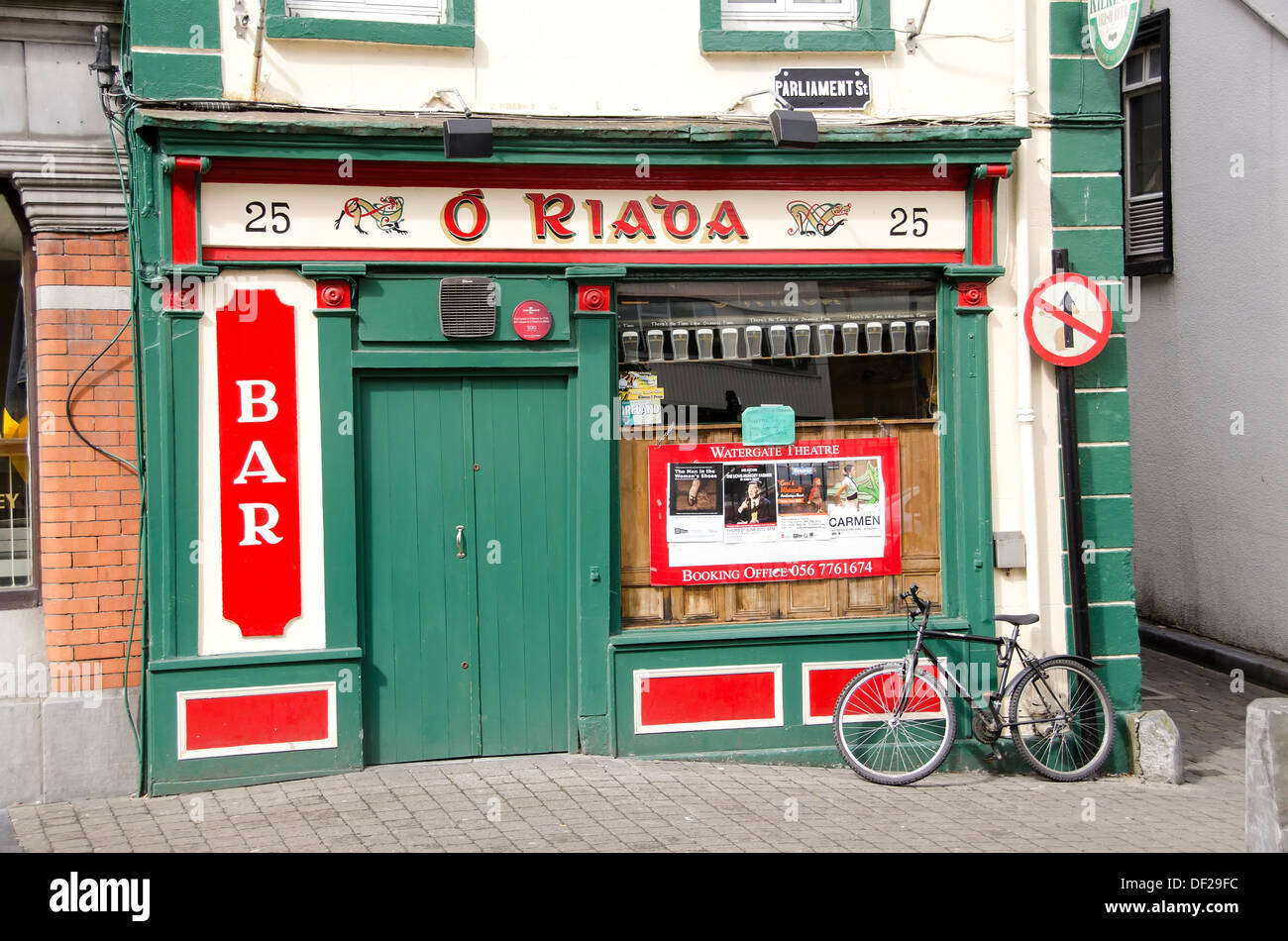 d715ff5818 Kilkenny Ireland colorful Irish pub with bicycle leaning against pub wall -  Stock Image