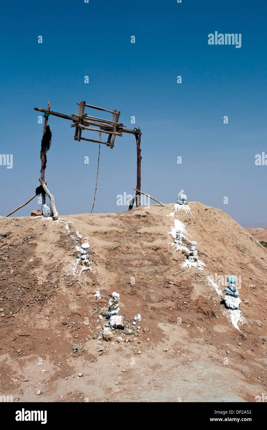 A desert well and bucket raising mechanism in the Sahara Desert near Erfoud, Morocco - Stock Image