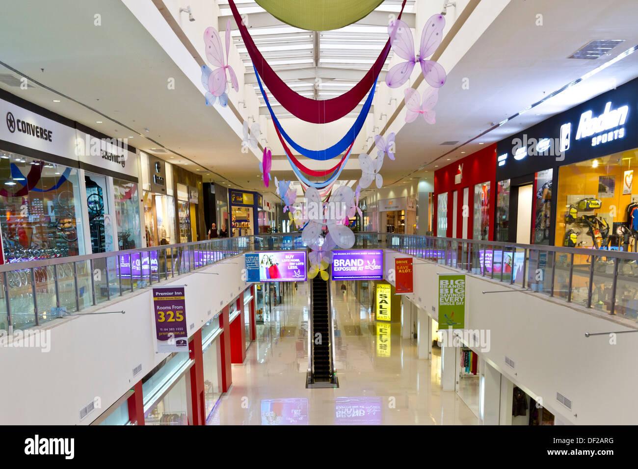 uusi elämäntapa yksinoikeudella käsitellään paras verkkosivusto The interior decor of the Dubai Outlet Mall in Dubai, UAE ...