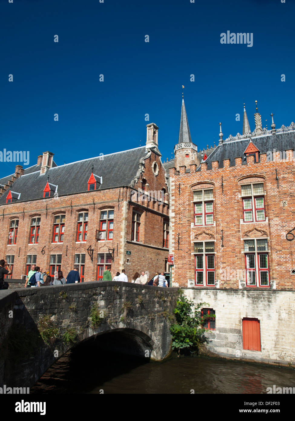 Bruges canal bridge and traditional guilded houses by Blinde Ezelstratt - Stock Image
