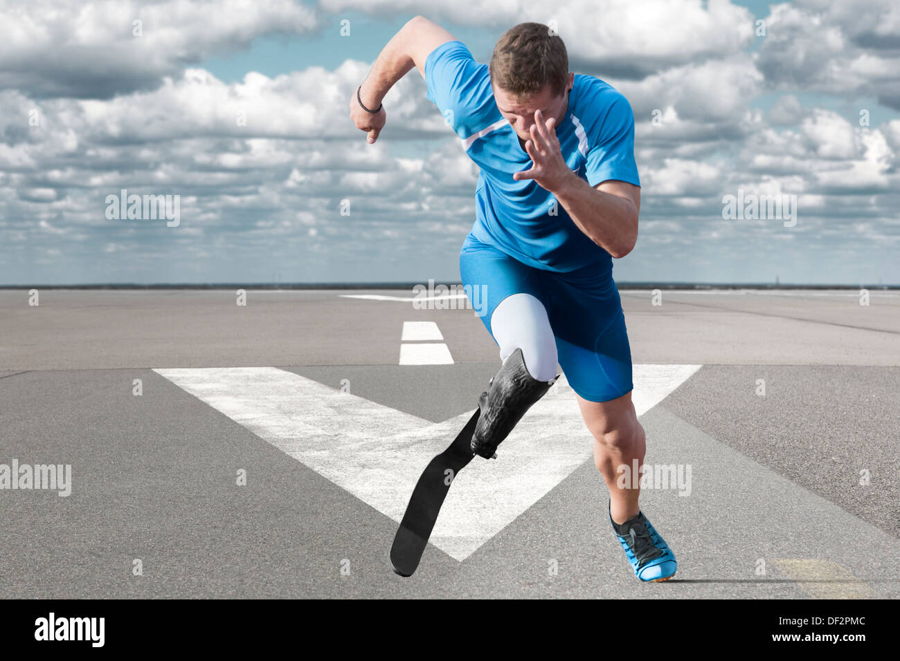 Disabled athlete with explosive start on the runway - Stock Image