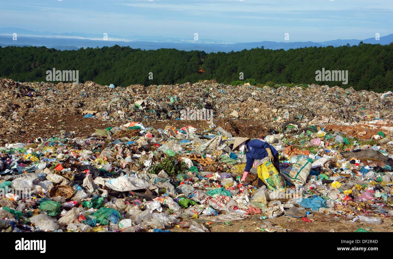 People pick up garbage at dumping ground - Stock Image