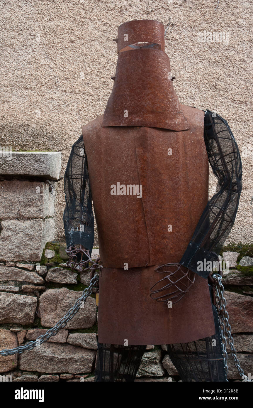 Australian road trip: statue of the 19th-century bushranger (outlaw) Ned Kelly at Beechworth, Victoria, wearing his home-made armour - Stock Image