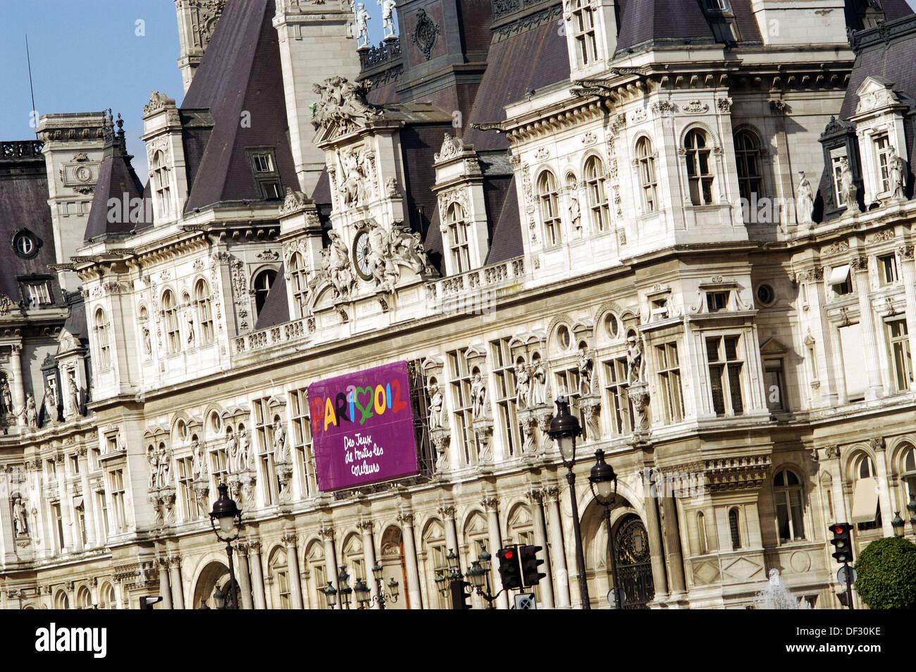 Hôtel de Ville with Paris 2012 Olympic flag. Paris. France - Stock Image