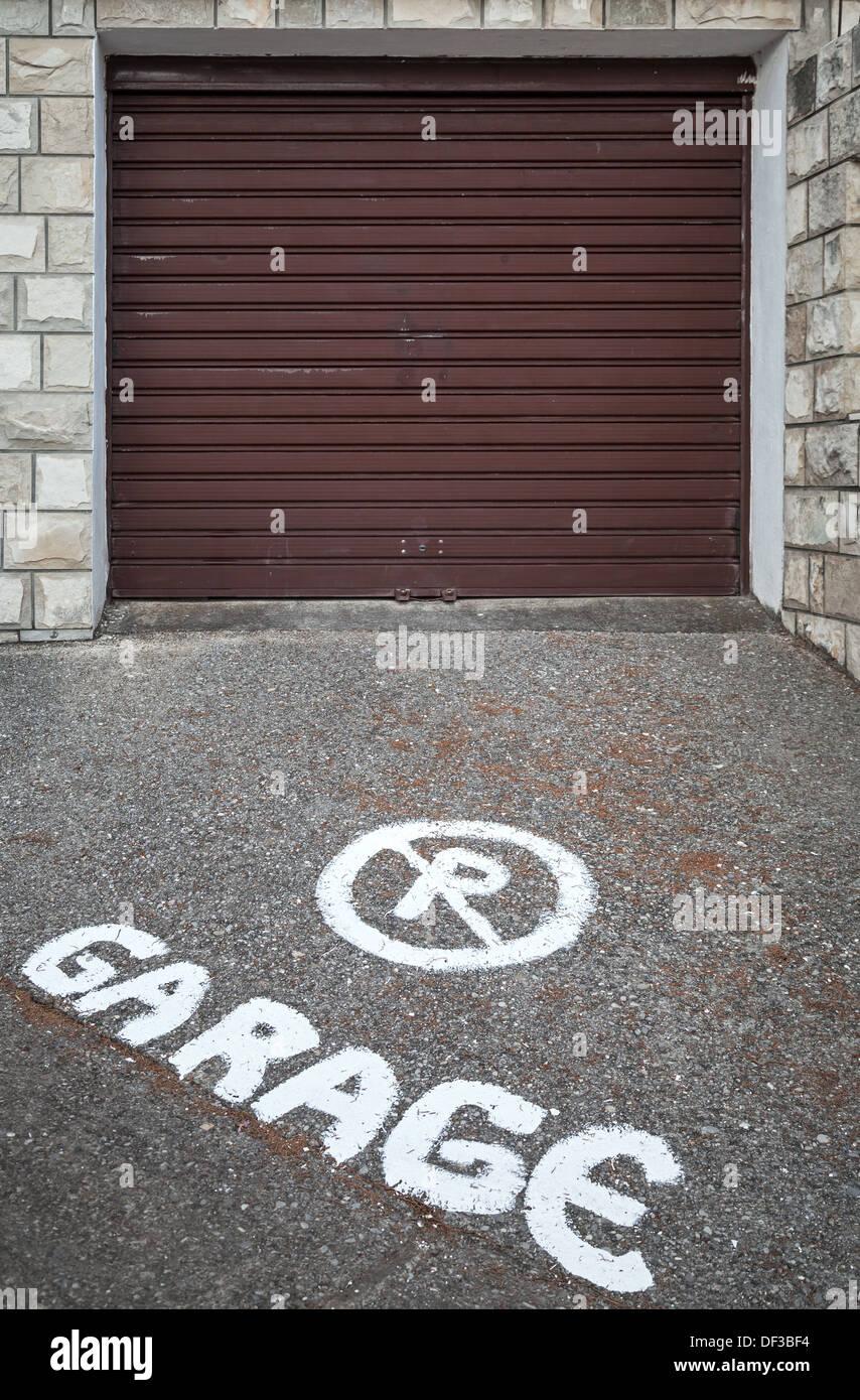 Metal Gate No Parking Warning Stock Photos Amp Metal Gate No