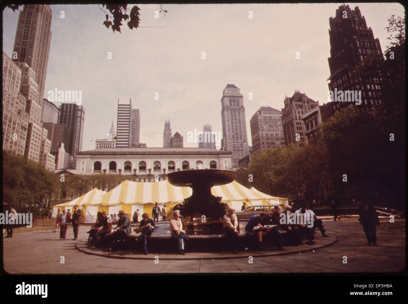 BRYANT PARK, BEHIND THE MAIN BRANCH OF THE NEW YORK PUBLIC LIBRARY IN MIDTOWN MANHATTAN. TEND HOUSES THE PARK'S... 551772 - Stock Image