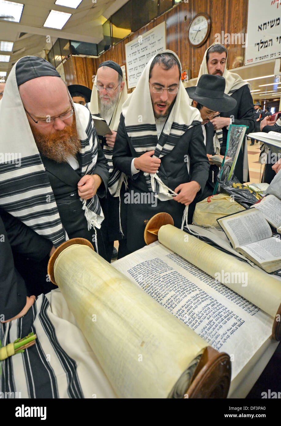 Reading from a Torah scroll at Sukkot morning services at Lubavitch headquarters in Brooklyn, New York. - Stock Image