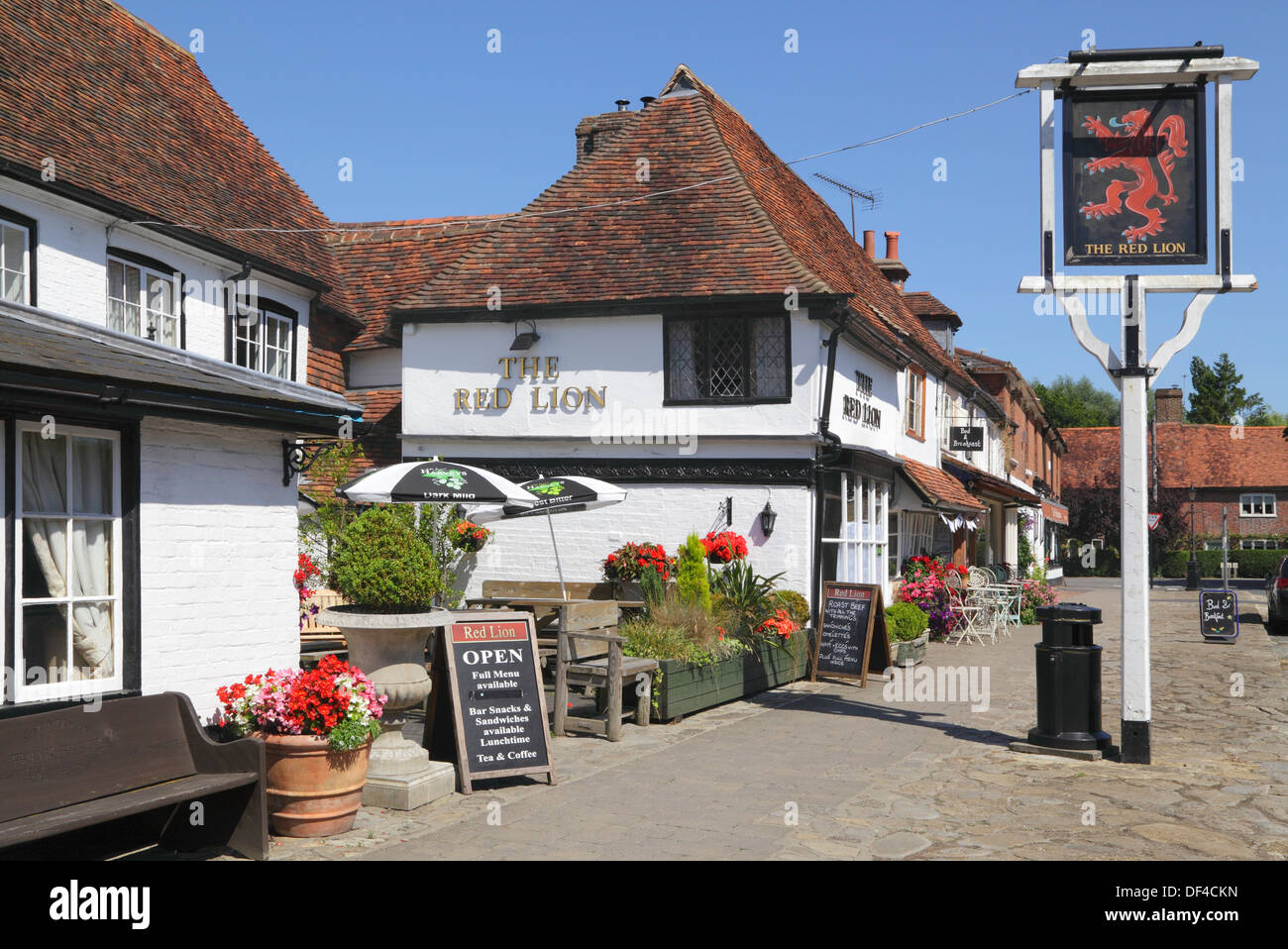 A traditional village pub in Biddenden, Kent. The Red Lion Pub and The Bakehouse Tea Rooms, England, UK, GB - Stock Image