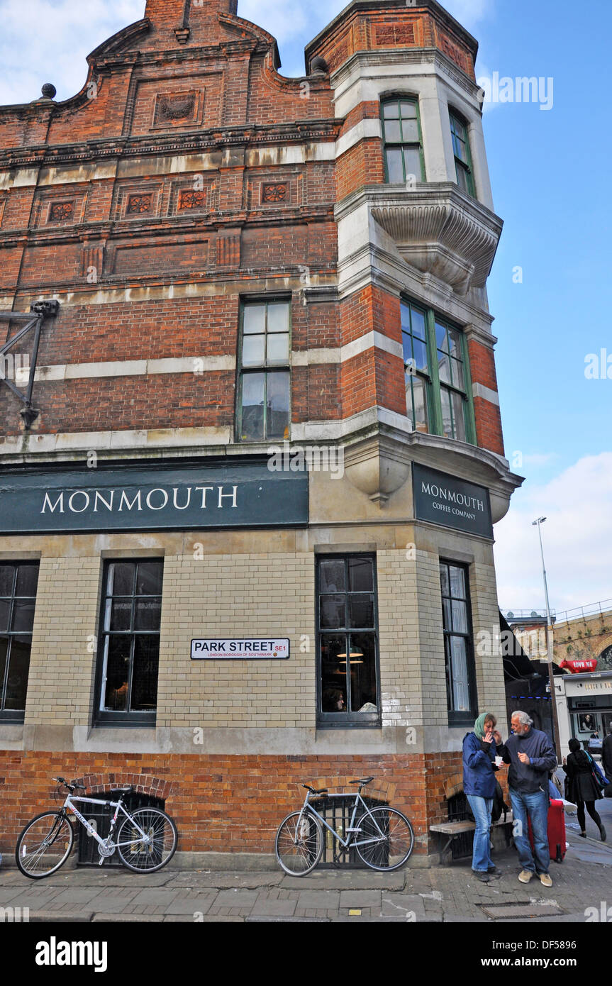 Monmouth Coffee Company, directly opposite Borough Market (London's renowned food market). England, UK. - Stock Image