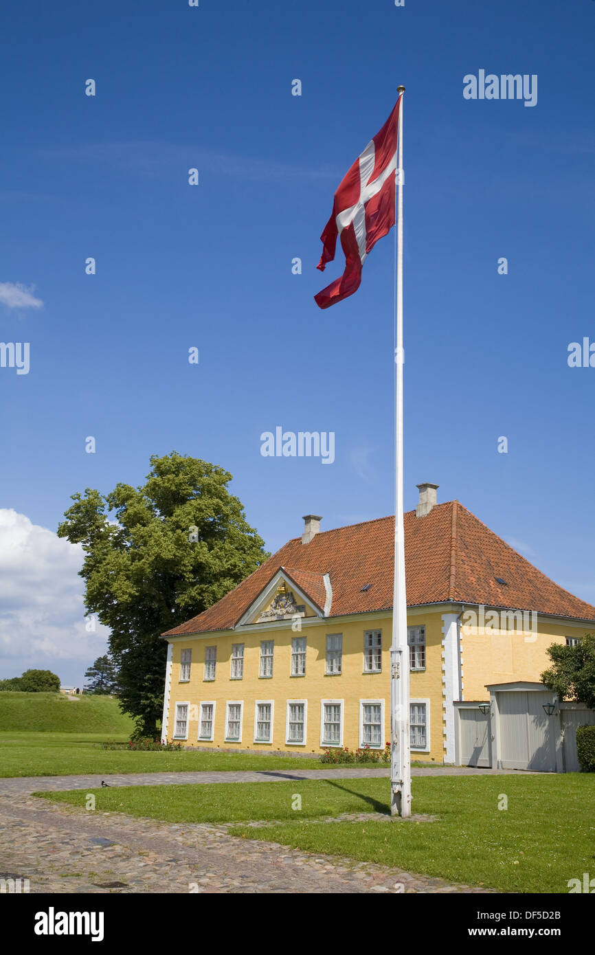 Commandant´s quarters and the Danish national flag (Dannebrog). Kastellet, one of the best preserved fortifications in Northern - Stock Image