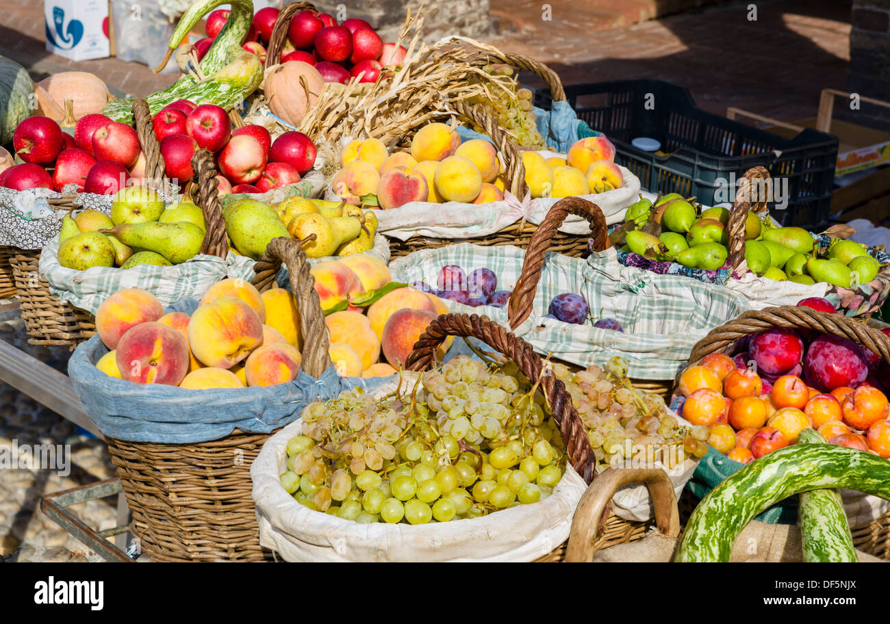 Baskets of fruit on a market stall in the historic old town of Fontanellato, Parma, Emilia Romagna, Italy - Stock Image