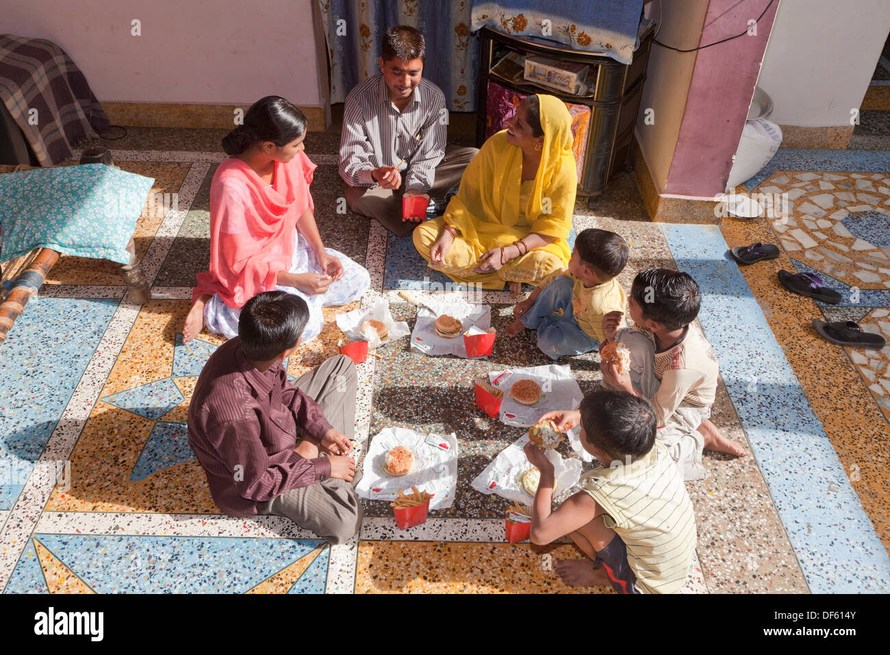 India, uttar Pradesh, Agra Mother & Father with five children eating western style fast food - Stock Image