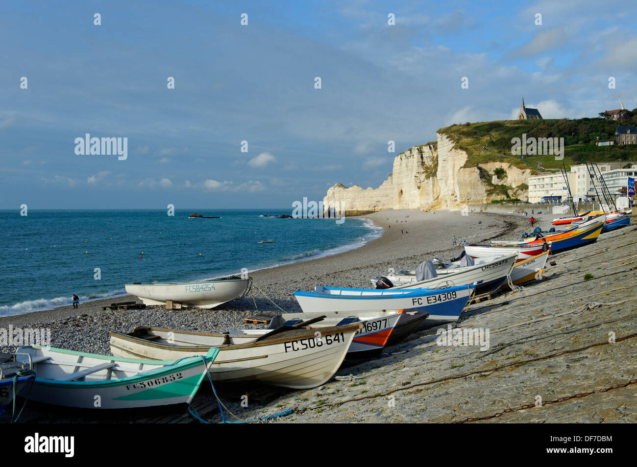 Fishing boats on a beach with white cliffs, Étretat, Département Seine-Maritime, Upper Normandy, France - Stock Image