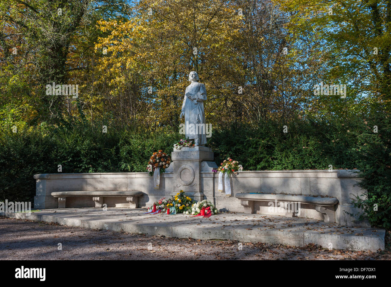 Franz Liszt Memorial, marble statue on a pedestal, next to benches and garlands, in Park an der Ilm park, Weimar, Thuringia - Stock Image