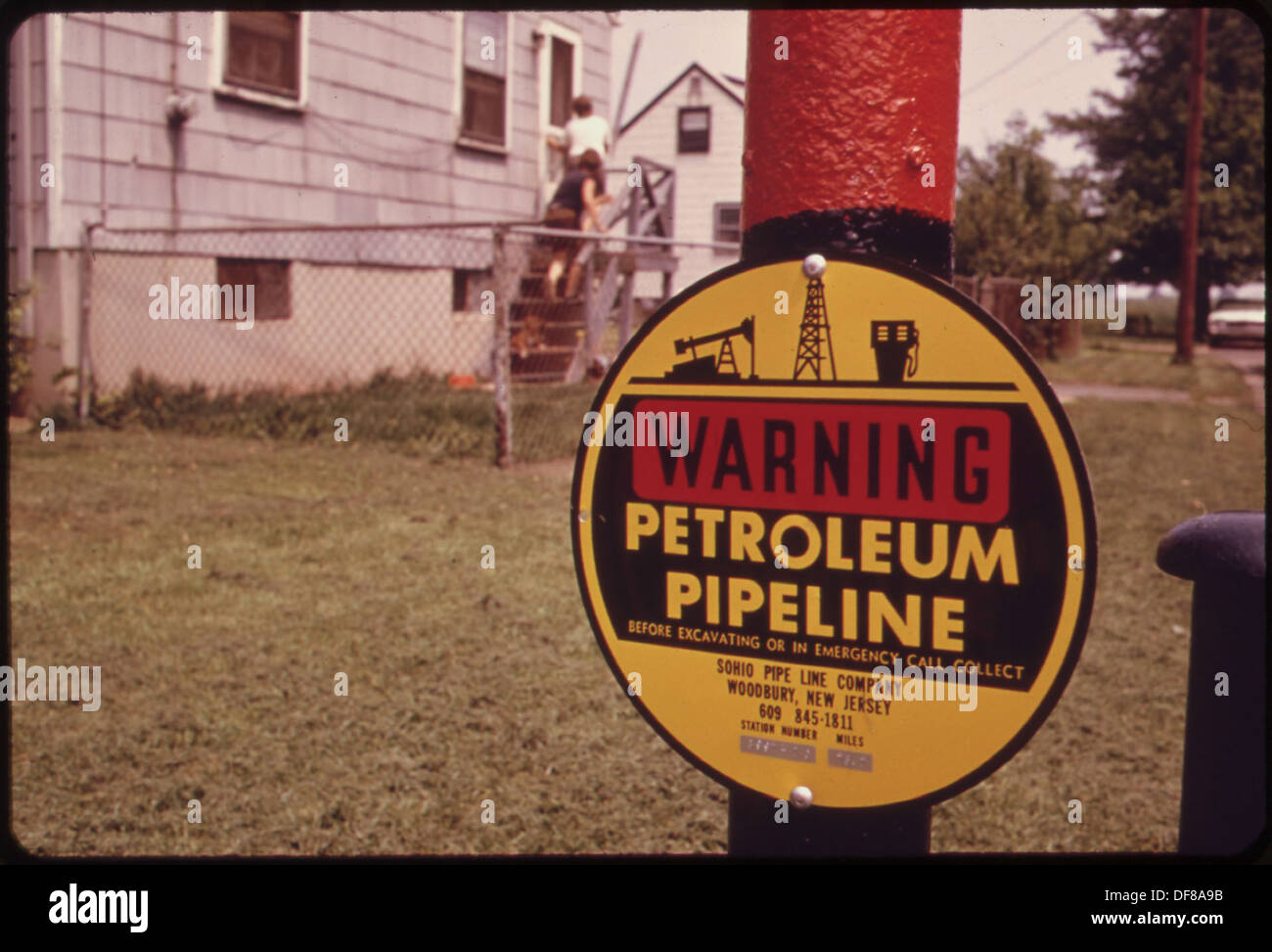 SIGN ON PIPE SET IN LAWN READS, WARNING. PETROLEUM PIPELINE. THE WOODBRIDGE COMMUNITY STRONGLY OBJECTED TO HAVING... 552006 - Stock Image