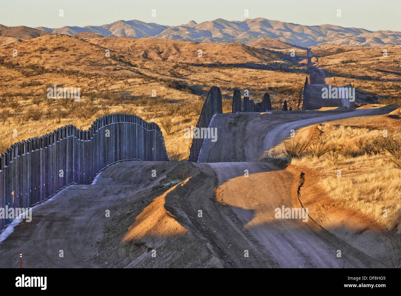 us fence in the border of The mexico-united states border (spanish: frontera méxico-estados unidos) is an international border separating mexico and the united states, extending from the pacific ocean to the west and gulf of mexico to the east.