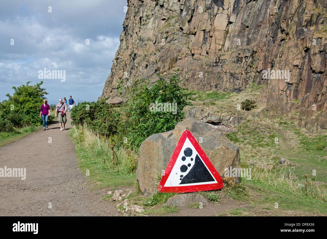 Walkers strolling along the Radical Road alongside Salisbury Crags in Edinburgh's Holyrood Park. - Stock Image