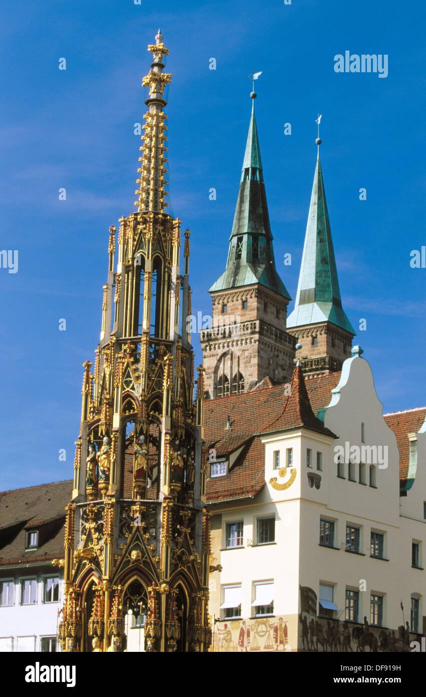 Schöner Brunnen (The ´Beautiful Fountain´), Hauptmarkt and Sebalduskirche (Saint Sebald Church). Nürnberg. Bavaria. Stock Photo