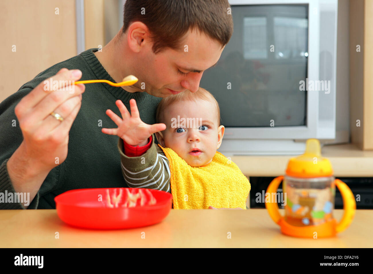 Björn Gerth feeds his son Tilman on the 20th of March in 2008. Björn Gerth is one of more than 2,400 men in Rhineland-Palatinate sharing parental leave with their partner. - Stock Image