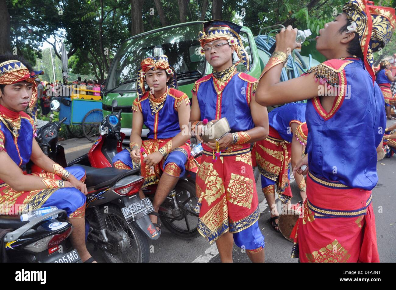 Denpasar (Bali, Indonesia): Balinese adolescents at the Bali Arts Festival's opening - Stock Image