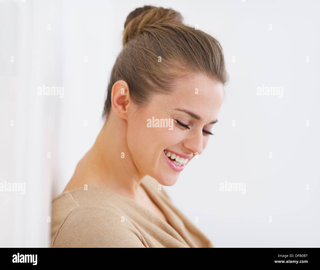 Portrait of smiling young woman - Stock Image