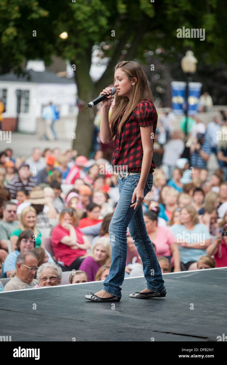 Performer singing, Great New York State Fair - Stock Image
